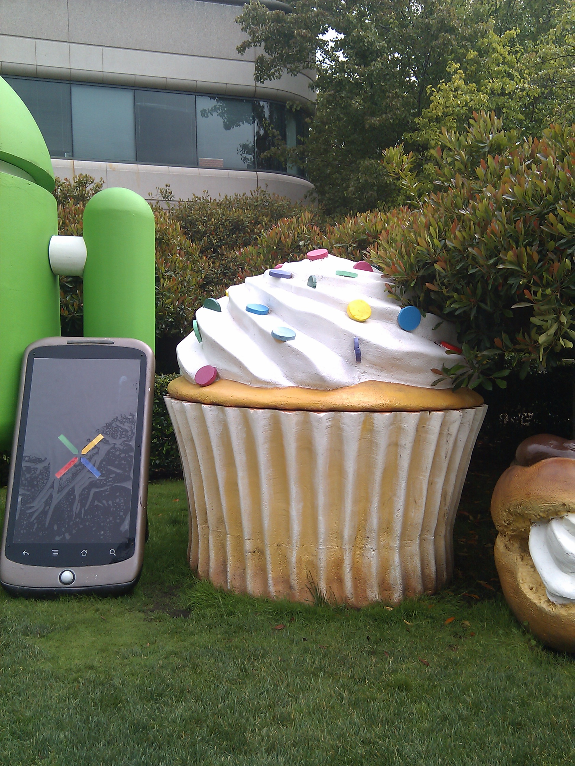 Cupcake android statue